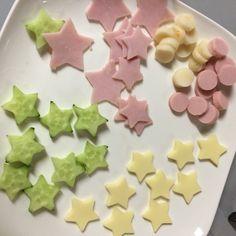 我が家は今夜七夕パーティーです! 簡単で華やかな、星型ピンチョス♪ お子様と一緒に型抜きして作るのもおすすめです☆ 型抜きには、ダイソーのクッキー型を使いました。 全部星型にするのは大変なので、 ところどころ輪切りしただけの魚肉ソーセージなどを混ぜて(笑) 簡単華やか、火いらず、 あるもので出来ますよ☆ ぜひ作ってみてください♪≧(´▽`)≦