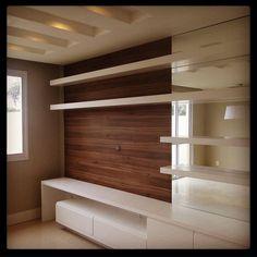 """""""Amei essa proposta de móvel para hometheater com painel central em madeira e laterais em laca. O detalhe do gesso com calhas e iluminação são um charme a…"""""""