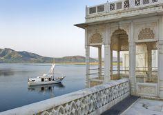 Une Balade en bateau et un spa? Embarquez sur le Jiva Spa Boat au Taj Lake Palace    http://www.tajhotels.com/Luxury/Grand-Palaces-And-Iconic-Hotels/Taj-Lake-Palace-Udaipur/Overview.html