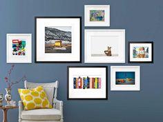 peinture murale bleu gris et dispositions asymétrique des cadres photos
