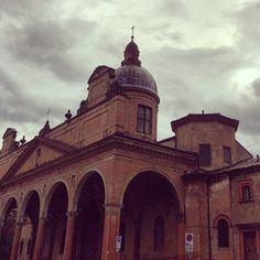 Lungo i viali a Porta Santo Stefano c'è una delle chiese più amate dai bolognesi: Santa Maria del Baraccano. Per tradizione antica gli sposi vanno a prendere la pace coniugale.