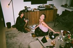 Disposable Film Camera, Film Pictures, Film Aesthetic, Aesthetic Grunge, Teenage Dream, Camera Photography, Friend Pictures, Fasion, Party