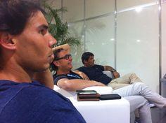 Rafael Nadal:    En Brasil, en la sala de jugadores viendo un gran partido de fútbol!    In Brazil, in the players' lounge. We are watching a great football game!