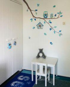 Moderne tak in muursticker stijl voor in de babykamer - kan natuurlijk ook aangepast worden voor een meisjeskamer. Gemaakt door BIM Muurschildering.