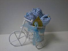 Linda bicicleta com tulipas de tecido. As tulipas podem ser confeccionadas em diversas cores e estampas...  Bicicleta disponível nas cores azul, rosa e branca.  Embalada em saquinho celofane e laço de fita. R$ 6,80