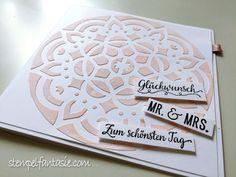 Quadratische Hochzeitskarte mit Ornament und Strukturpaste in weiß und puderrosa