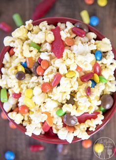 Movie theater popcorn mix - this simple popcorn mix combines the best movie theater treats, of popcorn and candy to have a delicious treat for a movie night at home! #pop4fantastic4 #ad #Pmedia