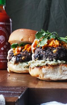 Black bean burgers made spicy and topped with sweet potato hash guacamole Sriracha ranch and cilantro. Doesn't get better than that! Vegan Vegetarian, Vegetarian Recipes, Cooking Recipes, Healthy Recipes, Salad Recipes, Clean Eating, Healthy Eating, Healthy Food, Black Bean Burgers