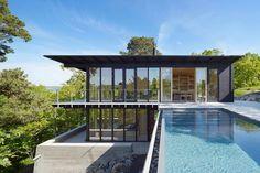 Стеклянный дом на склоне в Швеции