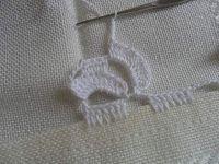 Facebook Twitter Pinterest LinkedIn Google + Bordo fiorito all'uncinetto molto semplice e delicato,utile per realizzare bordure per tovaglie,asciugamani e lenzuola. Per realizzare questo bordo fiorito all'uncinetto occorre: del filato di cotone e un uncinetto,e si lavora direttamente sul tessuto. 1° giro,sul tessuto fare ,5 maglie alte, saltare 1 cm di tela , 5 catenelle,ripetere per … Crochet Edging Patterns, Crochet Borders, Doily Patterns, Crochet Designs, Crochet Stitches, Embroidery Stitches, Knitting Patterns, Crochet Doilies, Crochet Lace