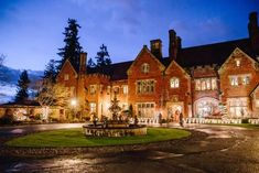 Spend The Night In Thornewood Castle, A Majestic Bed And Breakfast In Washington Beautiful Castles, Beautiful Hotels, Beautiful Places, Cool Places To Visit, Places To Travel, Places To Go, Western Washington, Washington State, Small Castles