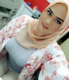 Hijab Teen, Girl Hijab, Beautiful Arab Women, Beautiful Hijab, Hijab Barbie, Persian Girls, Pretty Asian Girl, Iranian Women Fashion, Muslim Beauty