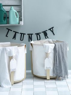 Opgeruimd stond nog nooit zo verrassend! Rechtop is het nog een kruk, maar omgedraaid en met een schildersdoek erin, is het een leuke wasmand. Bad Dresses, Cute Signs, Laundry Basket, Laundry Room, Scandinavian Home, Home Hacks, Hygge, Word Art, Organizers