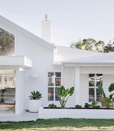 You can't beat a stunning white weatherboard like this one from @threebirdsrenovations #bonniesdreamhome #dreamhome #styleinspiration #threebirdsrenovations #weatherboard