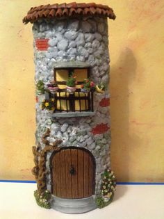 Le Petite Vintage: Teja Decorada Clay Houses Paper Houses Popsicle Stick Houses Roof Tiles Gnome House Diy Projects To Try Fairy Pots Clay Flower Pots Arts And Crafts Clay Houses, Paper Houses, Rock Crafts, Arts And Crafts, Diy Crafts, Diy Garden Decor, Diy Wall Decor, Fairy Pots, Popsicle Stick Houses