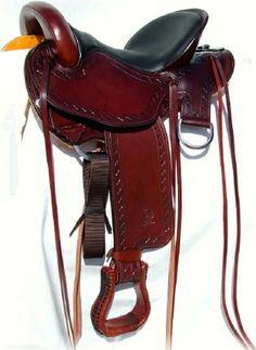 Sella  GARLAND  art.  GD316C  in  cuoio burgundy  con  seggio  in  vitello  nero  e lavorazione  cross. Campanelle  e  laccetti  in  cuoio.