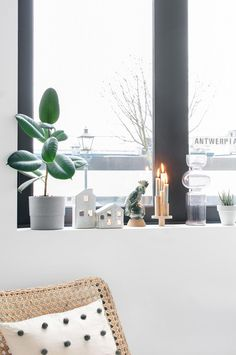 houten-kandelaar-maken-vensterbank-zwarte-kozijnen Decor, Interior, Interior Inspiration, Home Decor, Living Room Interior, Table Decorations, Inspiration, Interiors Dream, Interior Inspo