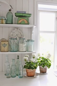 old glass bottles, antique scale, white Norwegian geraniums Cottage Living, Cottage Style, Farmhouse Style, Farmhouse Decor, Cottage Kitchens, Cottage Homes, Cottage Kitchen Shelves, Vintage Shelf, Vintage Decor