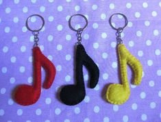 Eu Amo Artesanato: Notas musicais em feltro com moldes Felt Diy, Felt Crafts, Diy And Crafts, Felt Keychain, Keychains, Felt Bookmark, Crochet Cat Pattern, Music Crafts, Felt Material