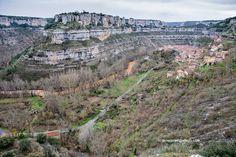 Una de las mejores formas de acercarse a disfrutar de la cascada y el pueblo de Orbaneja del Castillo es hacerlo a pie recorriendo los cinco kilómetros que lo separan de Escalada. El paseo, fácil, llano y bello, discurre por las orillas del río Ebro siguiendo la señalización del GR.99. Una inmersión en el paisaje de los cañones que hará todavía más inolvidable la visita a este hermoso rincón de la provincia de Burgos.