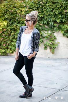 Roupa bonita para vestir com botas de combate pretas.