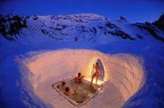 En las montañas Suizas, como dice el nombre, en forma de iglú. Totalmente construido de y en la nieve, incluso con derecho a una piletaexca...