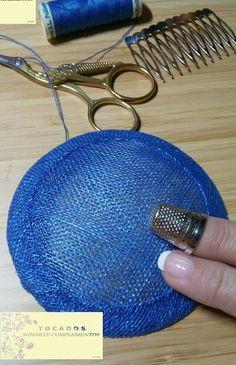 Esta es una pequeña base que hemos realizado artesanalmente con sinamay ¿Conocéis el tejido de sinamay?