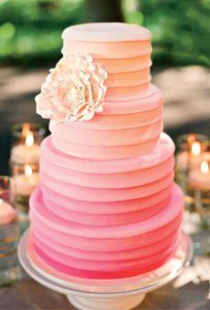 Bolo de casamento moderno rosa pálido com peônia feita de açúcar.