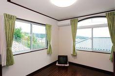 主寝室はデザイン性の高い飾り窓で部屋をおしゃれに!