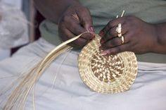 Africká žena tkanie kôš s ihličia