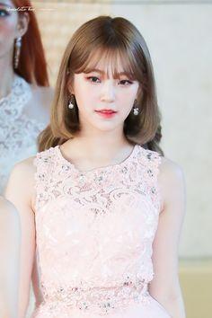 #fromis_9 #Jiheon South Korean Girls, Korean Girl Groups, Cute Korean, Sexy Asian Girls, Kpop Girls, Cool Girl, Girl Fashion, Idol, Flower Girl Dresses