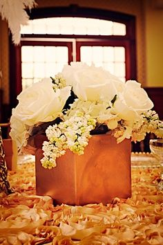 White and Gold Wedding. Great idea for roaring cocktail table centerpieces. I have these vases in silver :) Great Gatsby Wedding, 1920s Wedding, Art Deco Wedding, Trendy Wedding, Floral Wedding, Wedding Flowers, Gatsby Theme, Medieval Wedding, Wedding Simple