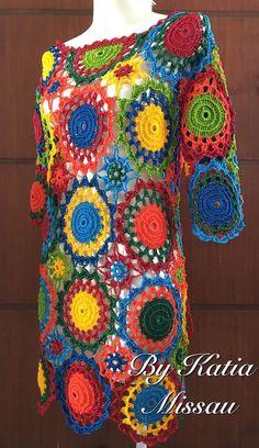 Lançamento!!!   Olá amigas, leitoras e seguidoras do blog!!   A pedidos elaborei a receita do vestido Colorido em parceria com a empresa... Crochet Jumper, Crochet Coat, Crochet Clothes, Crochet Butterfly Free Pattern, Crochet Leaf Patterns, Halloween Crochet, Freeform Crochet, Crochet Flowers, Crochet Projects