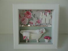 Quadro para banheiro, com fundo em tecido, peças em resina e vidro na frente.