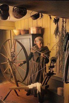 Tasha Tudor spinning yarn with her walking wheel. Spinning Wool, Hand Spinning, Spinning Wheels, Die Tudors, Vie Simple, Beatrix Potter, Fiber Art, Vermont, The Past