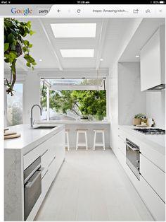キッチンの窓から見えるインナーバルコニー