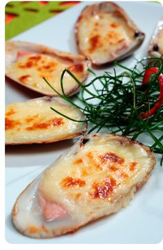 Machas a la parmesana / Pink Chilean clams parma style I Love Food, Good Food, Yummy Food, Chilean Recipes, Chilean Food, Fingers Food, My Favorite Food, Favorite Recipes, Latin American Food