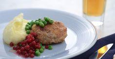 Myllymäkis recept på en riktigt god wallenbergare. Serveras med fluffigt potatismos, ärtor, brynt smör och rårörda lingon.