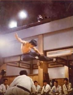 Bruce Lee Chuck Norris, Bruce Lee Training, Bruce Lee Pictures, Bruce Lee Martial Arts, Enter The Dragon, Martial Artists, Iconic Movies, Dragons, Legends