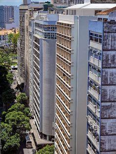Edifícios comerciais no Centro da Cidade Maravilhosa com o Convento de Santo Antonio ao fundo. Rio de Janeiro, Brasil.