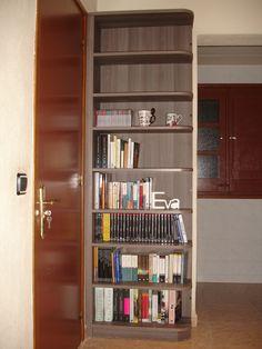 Librería en el recibidor.