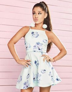 Ariana Grande is one of the cute celebrities. She wore a white floral mini dress. By the way, Ariana Grande outfits are a sweet idea for casual wear. Ariana Grande Fotos, Ariana Grande Pictures, Ariana Grande Lipsy, Ariana Grande Body, Adriana Grande, Lipsy Dresses, Floral Dresses, Mode Chanel, Look Girl