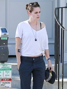 Kristen Stewart shows her rebellious fashion streak while out to lunch Kristen Stewart And Stella, Kristen Stewart Hair, Kirsten Stewart, Kristen Stewart Biography, Androgynous Women, Tied T Shirt, Star Track, Rugged Look, Gillian Anderson