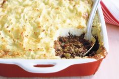 Cottage Pie- Top savoury mince with fluffy mash and watch the family flock to the table! Mince Recipes, Hamburger Meat Recipes, Savoury Recipes, Meal Recipes, Lasagne Dish, Savoury Mince, Tacos, Cooking Chocolate, Cottage Pie