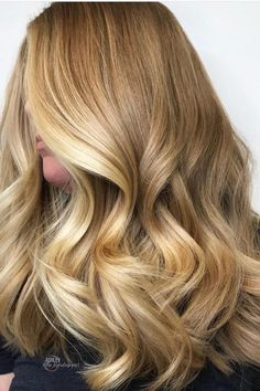 Honey balayage is a golden mean between highlights in blonde and brown. That's why it looks great on almost any base hair color. The one thing remains tricky – honey is warm, so you need to check if it will flatter your skin tone. Butter Blonde Hair, Golden Blonde Hair, Blonde Hair With Highlights, Brown Blonde Hair, Balayage Highlights, Blonde Honey, Brunette Hair, Honey Balayage, Balayage Hair Blonde
