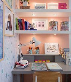 Inspiração para decorar um ambiente de estudo ou home office feminino.  Fonte: @fernandamarquesarquiteta