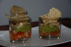 Nachos con guacamole presentado en vasitos, un aperitivo vistoso y muy fácil de preparar.