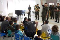 Crianças assistem à apresentação da Banda do Exército no hall do HCB