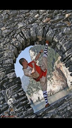 Shaolin, high kick and hold Kung Fu Martial Arts, Chinese Martial Arts, Mixed Martial Arts, Taekwondo, Tai Chi, Karate, Kung Fu Movies, Shaolin Kung Fu, Fighting Poses