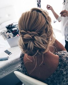 Updo wedding hairstyle | Swept back wedding hairstyles #weddinghair #weddinghairstyle #hairstyles #sweptbackhair #bridalhairideas #weddinghairinspiration #weddinghairideas #beauty #updo #messyupdo